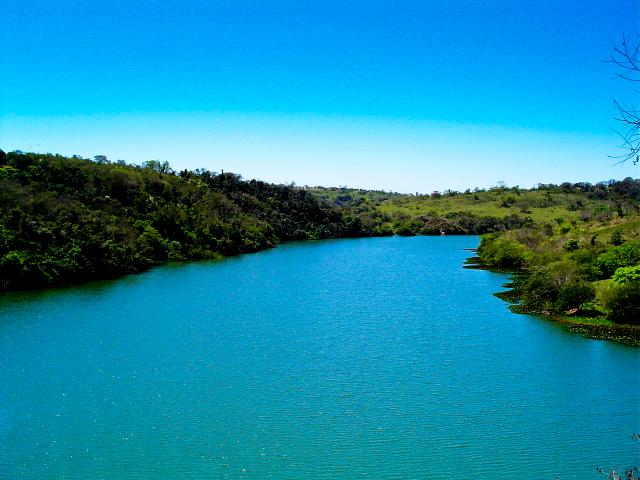 O rio Paranapanema, no trecho em que banha a cidade de Piraju/SP. Imagem: Luiz Gustavo Leme/FlickrCC.