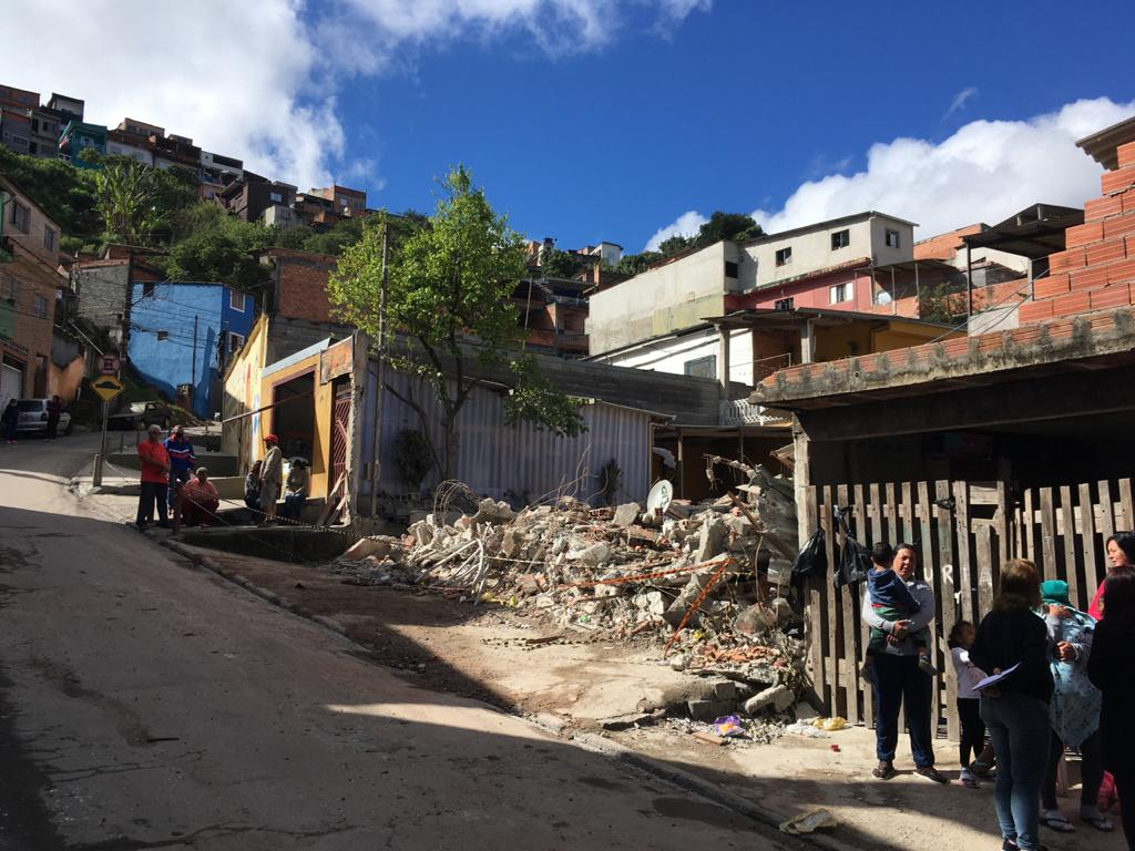 Um sobrado desabou no início da tarde de sábado, 22, em Mauá, na Região Metropolitana de São Paulo.